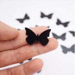 Juodi maži drugeliai